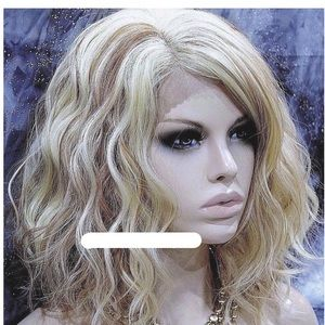 NWT Wavey Layered Bob Blonde Synthetic Hair Wig